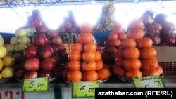 Bazarda satylýan bag-bakça önümleri.