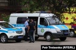 Автозак, в который полицейские сажали задержанных людей. Алматы, 6 июля 2021 года