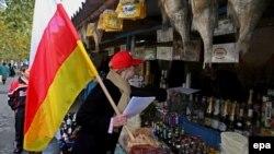 Согласно решению цхинвальских властей, более 600 предпринимателей югоосетинской столицы, работающих в сфере общественного питания, бытового обслуживания и торговли, должны будут получить в мэрии разрешение на право торговли