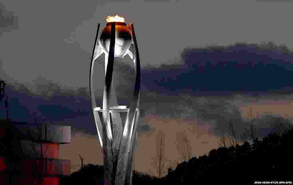 Олімпійський вогонь горить на стадіоні в Пхьончхані