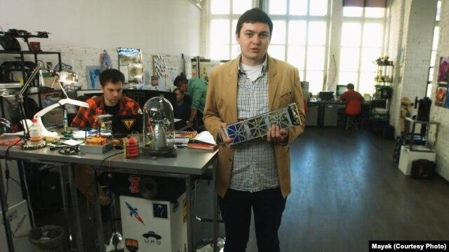 "Руководитель проекта ""Маяк"" Александр Шаенко и классический кубсат на три единицы"