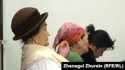 Мейирхан Избасар (на переднем плане), мать подсудимого Еркина Избасара. Актобе, 5 декабря 2017 года.