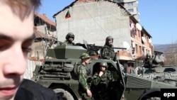 В северной части Косова расположились военные KFOR с боевой техникой