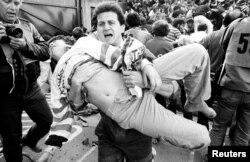 """Трагедия на стадионе """"Эйзель"""" в Брюсселе, вызванная беспорядками фанатов, унесла жизни 39 человек"""