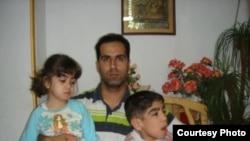رضا مهماندوست و فرزندانش. پسرش محراب به تازگی درگذشته است