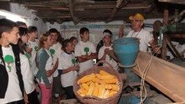 Anton Port şi elevii din satul Popeasca, raionul Ştefan Vodă
