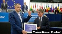 Председатель Европарламента Давид Сассоли вручает украинскому режиссеру Олегу Сенцову премию имени Сахарова. Страсбург, 26 ноября 2019 года.