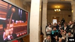 Kyiv -- Journalists watch the inauguration of President Viktor Yanukovych on a tv screen in parliament, 25Feb2010
