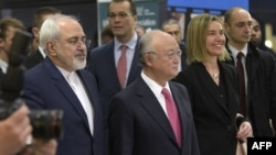 Слева направо: министр иностранных дел Ирана Джавад Зариф, глава МАГАТЭ Юкия Амано и глава внешнеполитического ведомства ЕС Федерика Могерини. Вена, 16 января 2016 года.