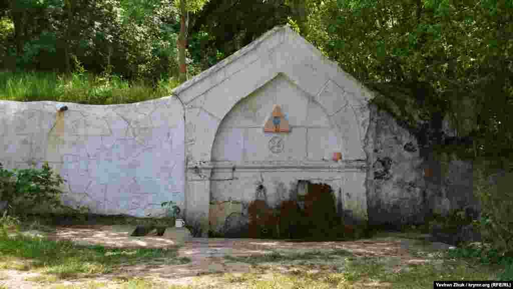 Джерело Святого Пантелеймона Цілителя на околиці села Оборонне. Його побудували в 1891 році у вигляді старого татарського фонтану для збору питної води – «чешме»