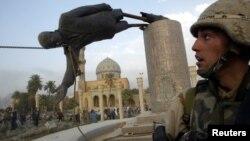 جندي أميركي في ساحة الفردوس يوم دخول بغداد