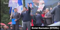 Жанарбек Акаев выступает на митинге в защиту Омурбека Текебаева, 23 апреля 2019 г.