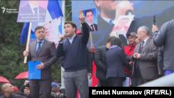 Депутат парламента Жанар Акаев на митинге сторонников партий «Ата Мекен» и «Мекенчил». Бишкек, 23 апреля 2019 года.