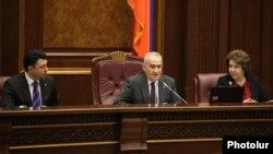 Ազգային ժողովի նախագահը և նրա տեղակալները խորհրդարանի նիստի ժամանակ, արխիվ