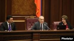 ԱԺ նախագահ Գալուստ Սահակյանը և երկու հանրապետական փոխնախագահները՝ Էդուարդ Շարմազանովը և Հերմինե Նաղդալյանը (աջից) խորհրդարանի նիստի ժամանակ, արխիվ