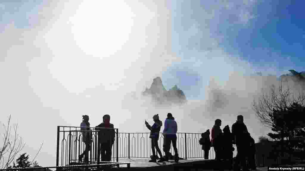 Туристы фотографируются на плато Ай-Петри в Большой Ялте