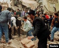 Спасательные работы на месте взорванного здания AMIA. 18 июля 1994 года