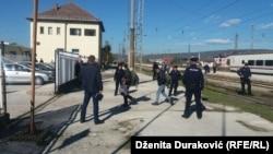 Migranti i izbjeglice napuštaju voz u Bihaću i idu ka autobusima koji ih voze za Sarajevo