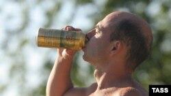 Мужчина пьет пиво. Иллюстративное фото.