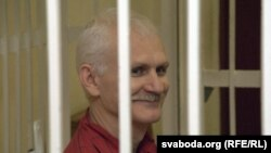 Судењето на активистот за човекови права Алеш Бјалјацки во Минск.