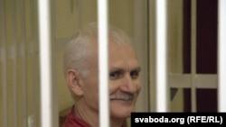 Белорусский правозащитник Алесь Беляцкий на суде. Минск, 16 ноября 2011 года.
