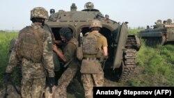 Ukrainian servicemen fighting against Russia-backed separatists in the Donetsk region in June. (file photo)