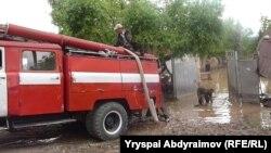 После наводнения в селе Абдраимов, Джалал-Абадская область, 12 мая 2012 года.