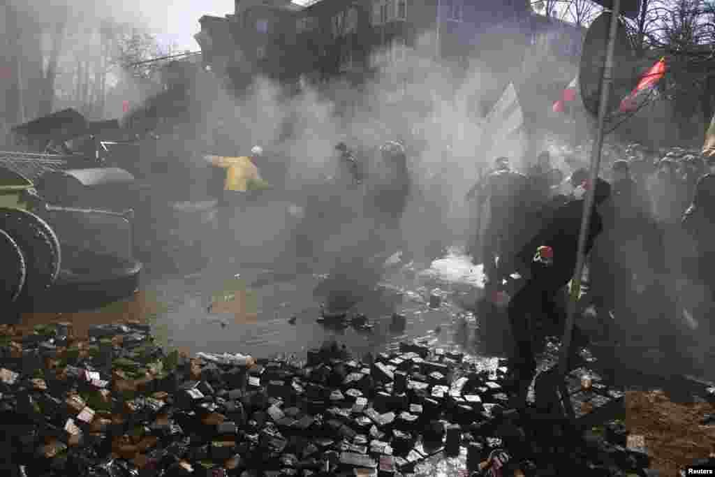 Протестчылар милициягә ташлар ата