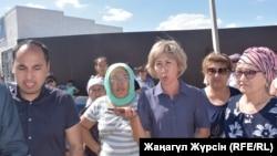 Собрание жителей жилого массива Акжар-2 в пригороде Актобе. 10 июля 2018 года.