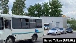 Автобусы полиции у здания отеля, где проходило «Народное собрание».