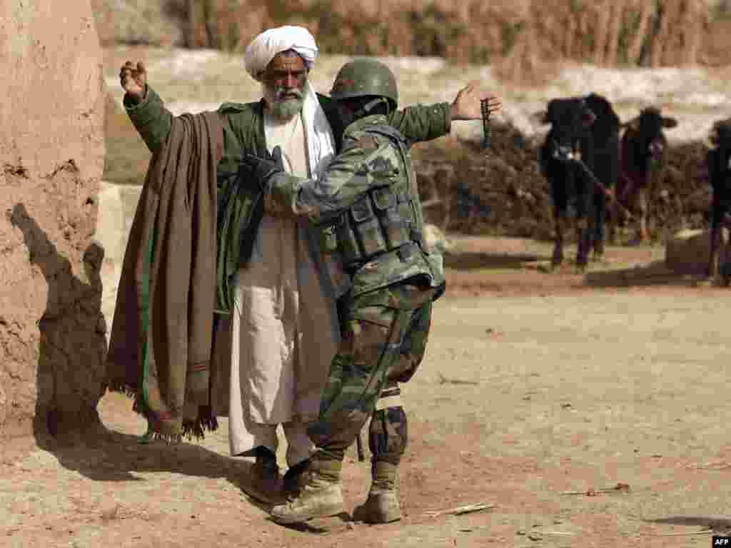 Аўганістан: аўганскі вайсковец падчас патруляваньня