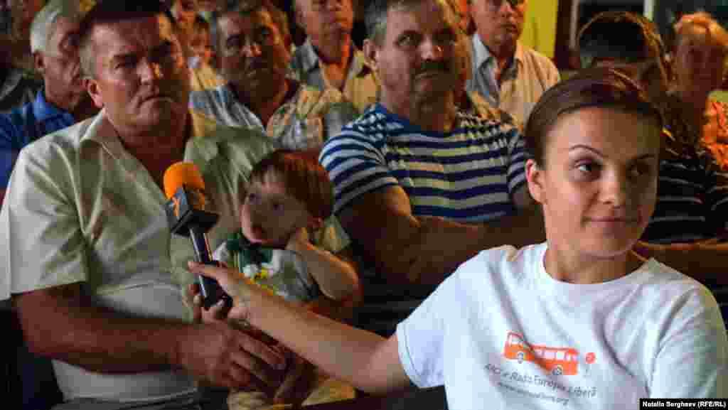 Jurnalista Mihaela Gherasim de la Europa Liberă moderează discuția de la Văratic despre problemele agricultorilor.