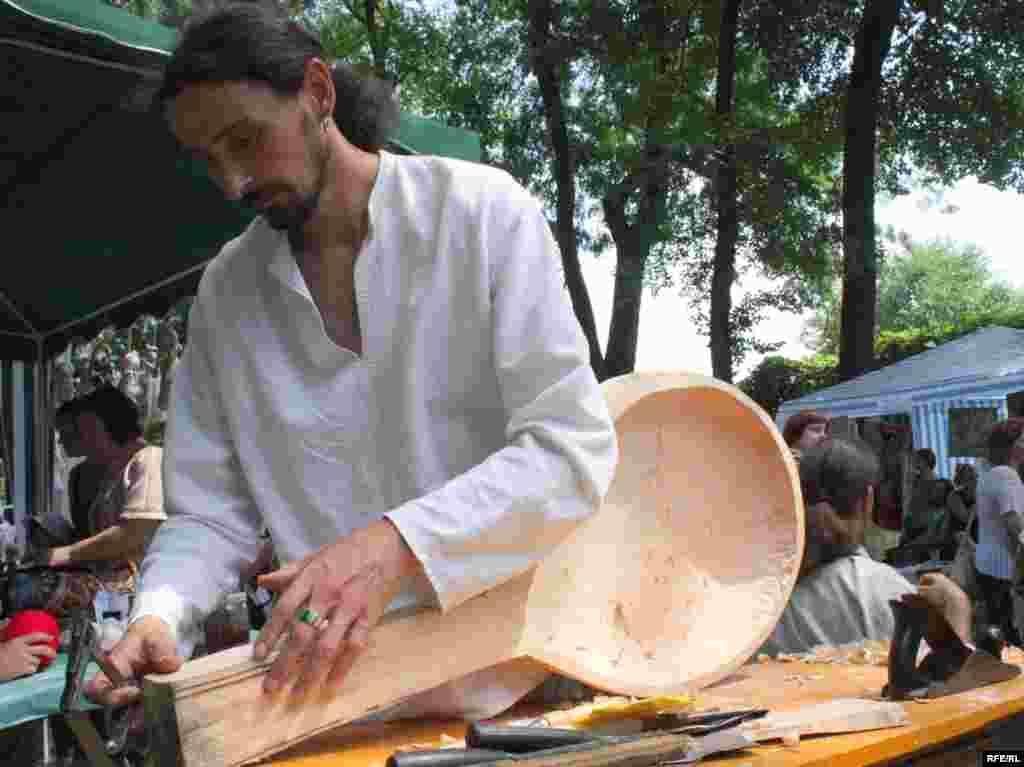 Прямо на очах відвідувачів фестивалю майстер виготовляє кобзу.