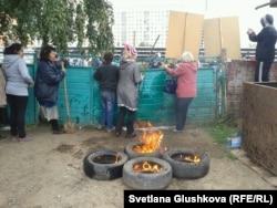 Люди собрались и ждут снос дома Алтын Червалиевой. Астана, 15 августа 2014 года.