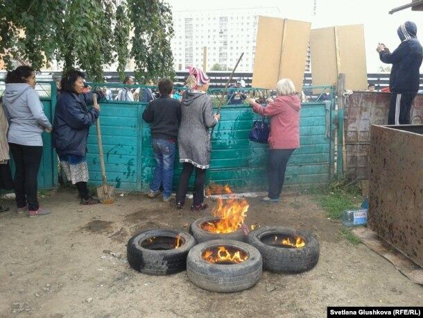 На месте сноса дома Алтын Червалиевой по решению суда. Астана, 15 августа 2014 года.