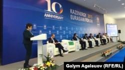 Депутат мажилиса парламента Казахстана Айгуль Соловьева (слева) выступает на конференции ИПДО в Астане, 29 сентября 2015 года.