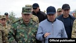 Президент Садыр Жапаров жана УКМКнын төрагасы Камчыбек Ташиев. Баткен. 6-май, 2021-жыл.
