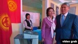 Дауыс беруге келген Қырғызстан президенті Алмазбек Атамбаев пен әйелі Раиса Атамбаева. Бішкек,15 қазан 2017 жыл