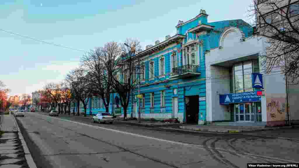 Свое теперешнее название улица получила 30 мая 1924 года ‒ в память о Владимире Ленине. В этом двухэтажном здании голубого цвета располагается Институт иностранной филологии местного университета.