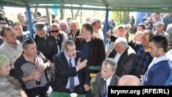 Мустафа Джемилев, Рефат Чубаров и другие крымские татары на Турецком валу под Армянском. 3 мая 2014 года