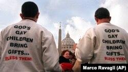 """Activiști gay din America protesetază în Piața Sfântul Petru de la Vatican, împotriva a ceea ce ei numesc """"învățăturile anti-gay al e=e Bisericii Romano-Catolice, 3 ianuarie 2001."""