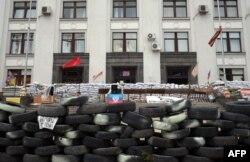 Баррикады перед зданием Луганской ОГА