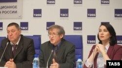 Сабит Сәетгәрәев (уртада)