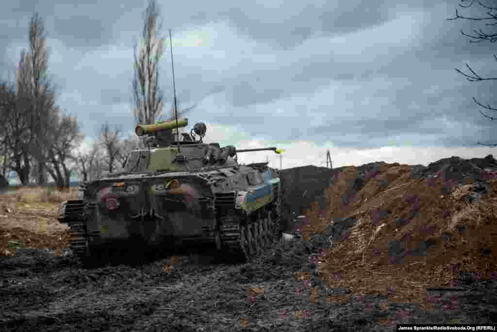 Український БМП-1 на бойовій позиції перед буферною зоною недалеко від Світлодарська.