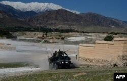 У районі Ачин провінції Нанґаргар тривають бої афганських військ проти екстремістів, фото 14 квітня 2017 року