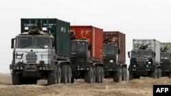 Ооганстандын Гильмент провинциясында жүк тартып бараткан НАТО күчтөрү.