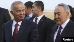 Президент Узбекистана Ислам Каримов и президент Казахстана Нурсултан Назарбаев в аэропорту Астаны. 6 сентября 2012 года.