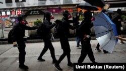 Дэманстранты ў Ганконгу прыкрываюцца парасонамі. Парасон стаў сымбалем пратэстнага руху ў аўтаноміі.