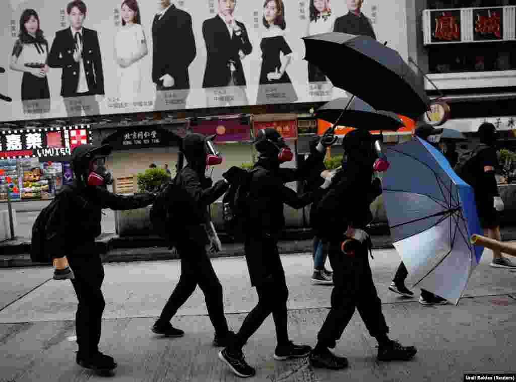 Пратэстоўцы абараняюцца парасонамі падчас дэманстрацыі ў Ганконгу. Кітай.