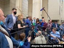 Адвокат Владимир Жеребенков (в центре) дает комментарии журналистам после оглашения приговора Полу Уилану, 15 июня 2020
